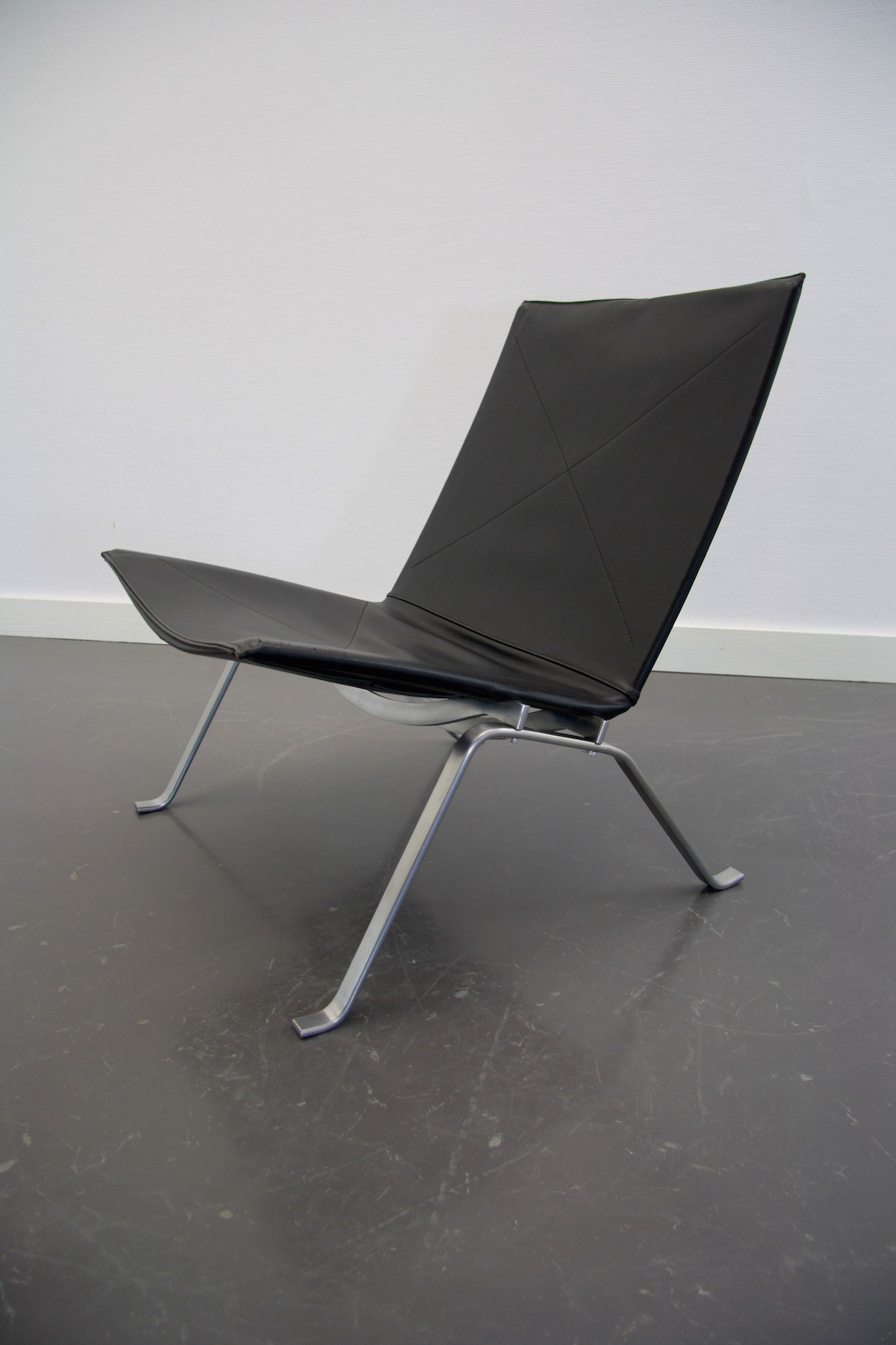 fritz hansen pk22 chair in black leather poul kjaerholm. Black Bedroom Furniture Sets. Home Design Ideas