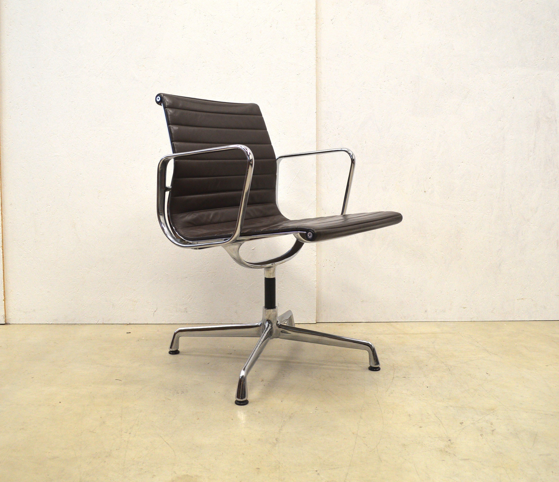 vitra ea108 desk chair in brown leather charles ray eames 1990s design market. Black Bedroom Furniture Sets. Home Design Ideas