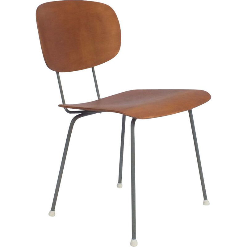 Vintage chair Wim Rietveld, president of the Gispen 116 association