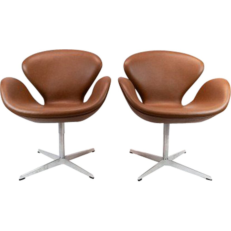 A pair of leather swan chairs, model 3320, Arne Jacobsen for Fritz Hansen.