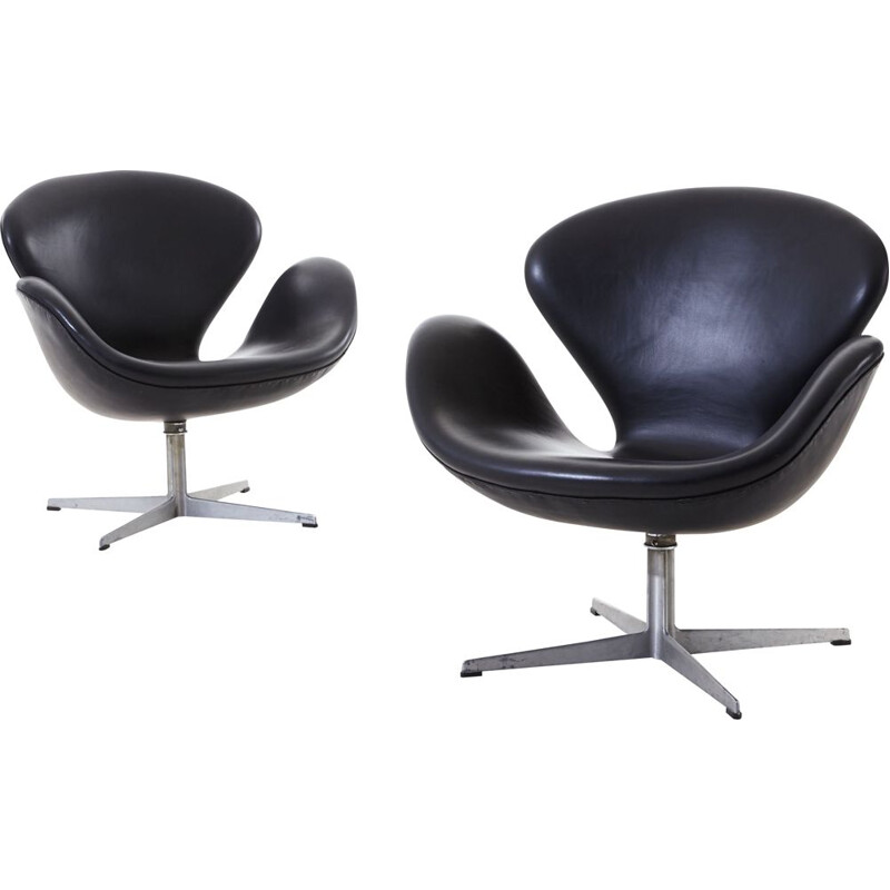 Pair of vintage Swan armchairs by Arne Jacobsen by Fritz Hansen 1960s