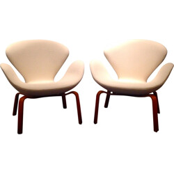 "Pair of ""Swan"" armchairs in white woolen and teck, Arne JACOBSEN - 1960s"