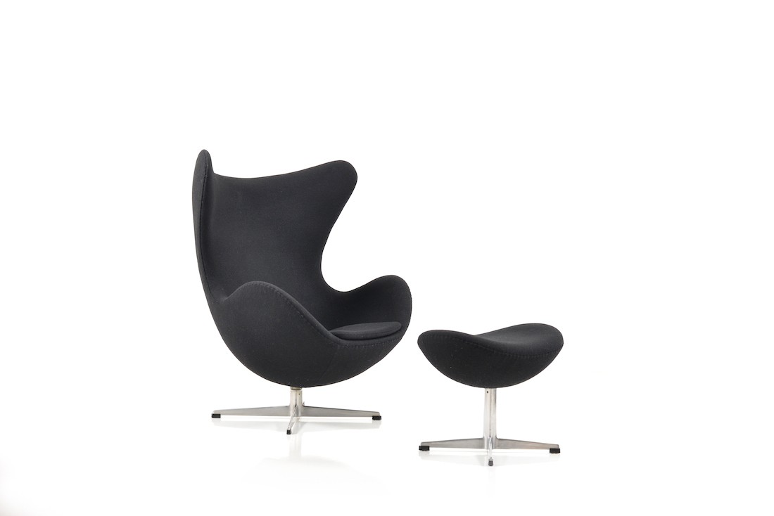 fritz hansen egg chair with its ottoman in black fabric arne jacobsen 1960s design market. Black Bedroom Furniture Sets. Home Design Ideas
