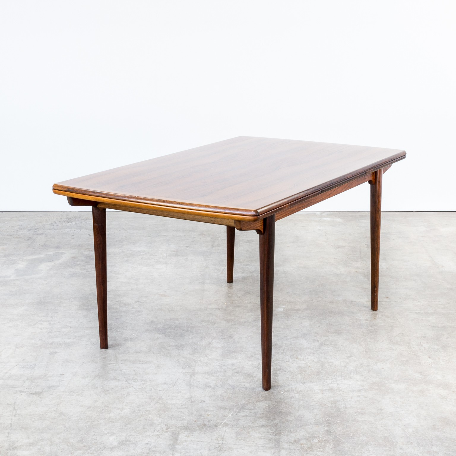 Rosewood dining table extendable with triangle shaped legs 1960s