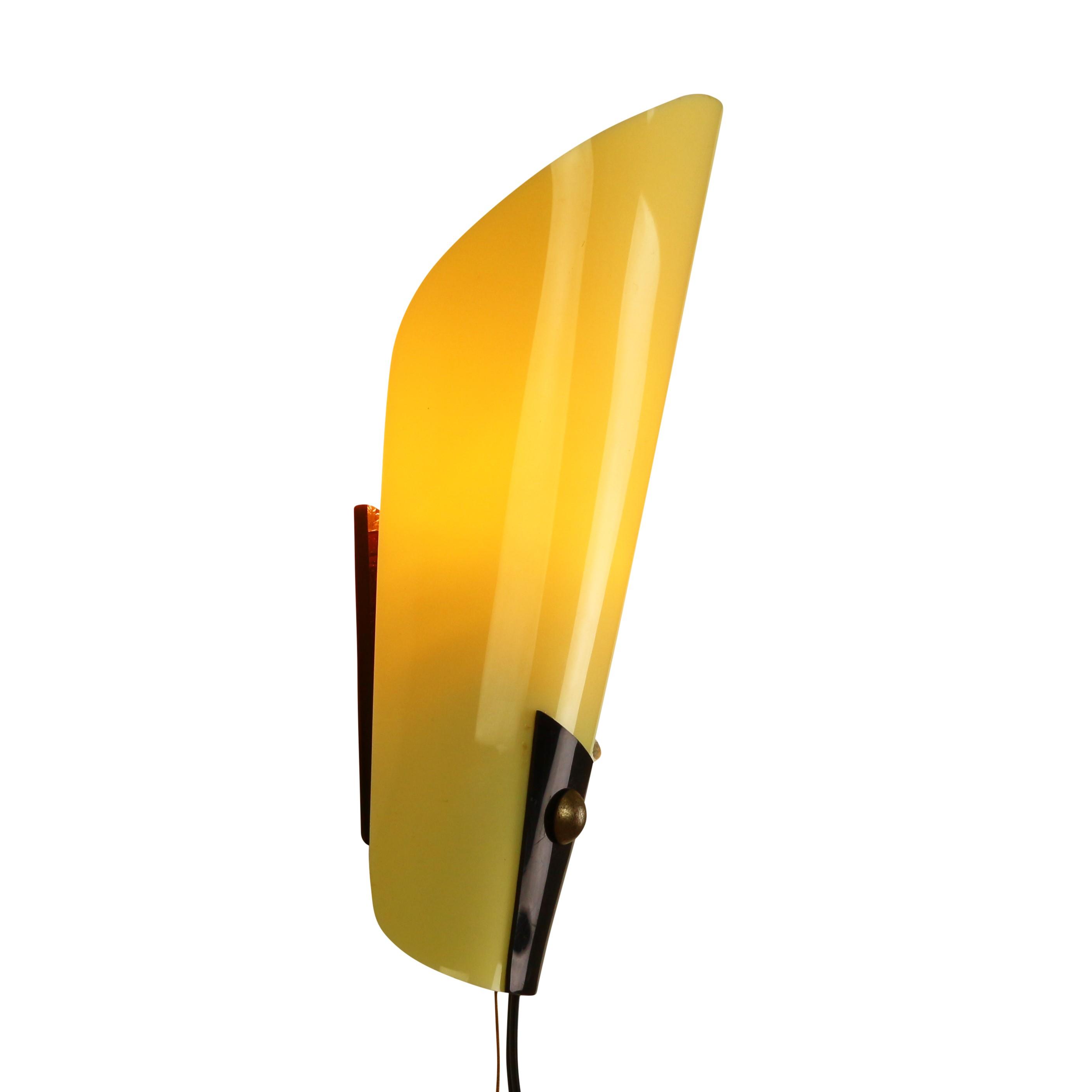 Art deco yellow plastics wall light - 1950s - Design Market