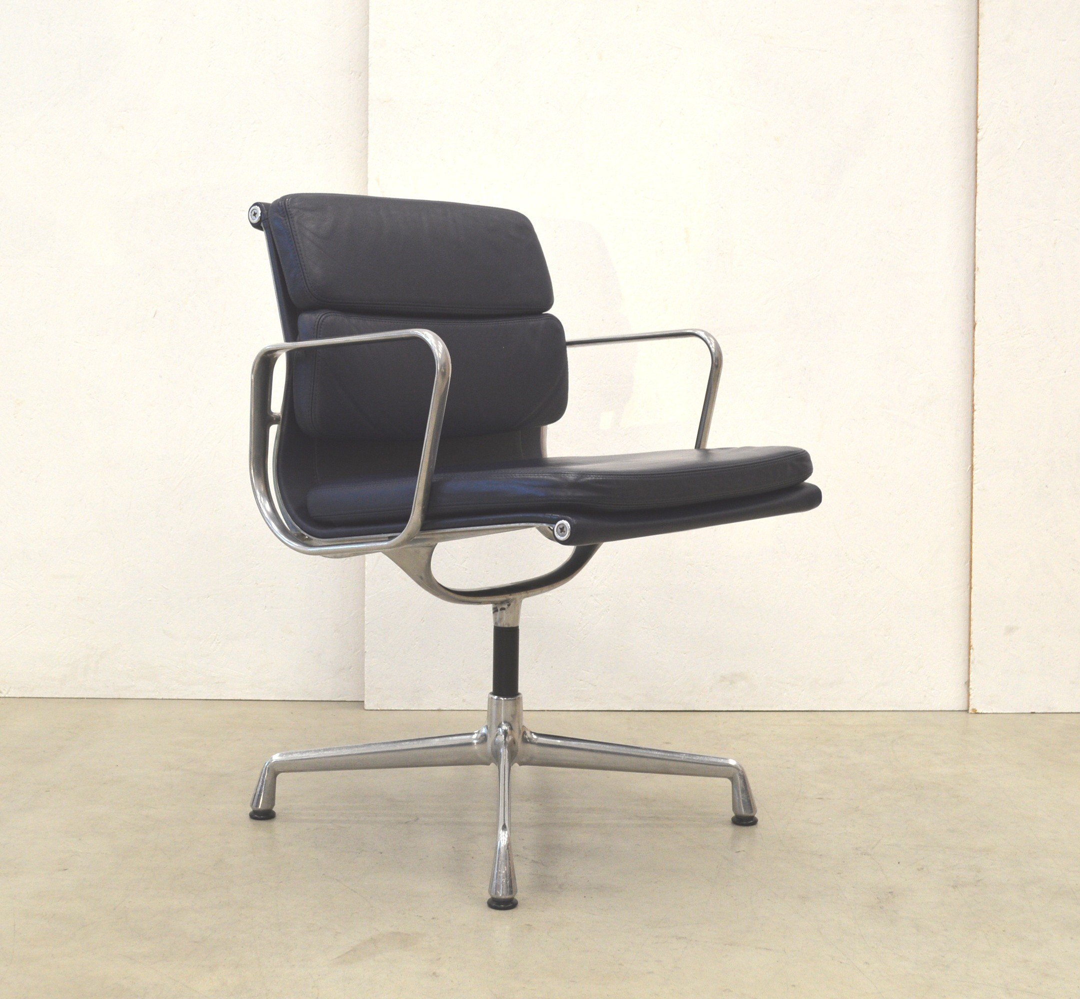 vitra ea208 soft pad alu chair in leather by charles ray. Black Bedroom Furniture Sets. Home Design Ideas