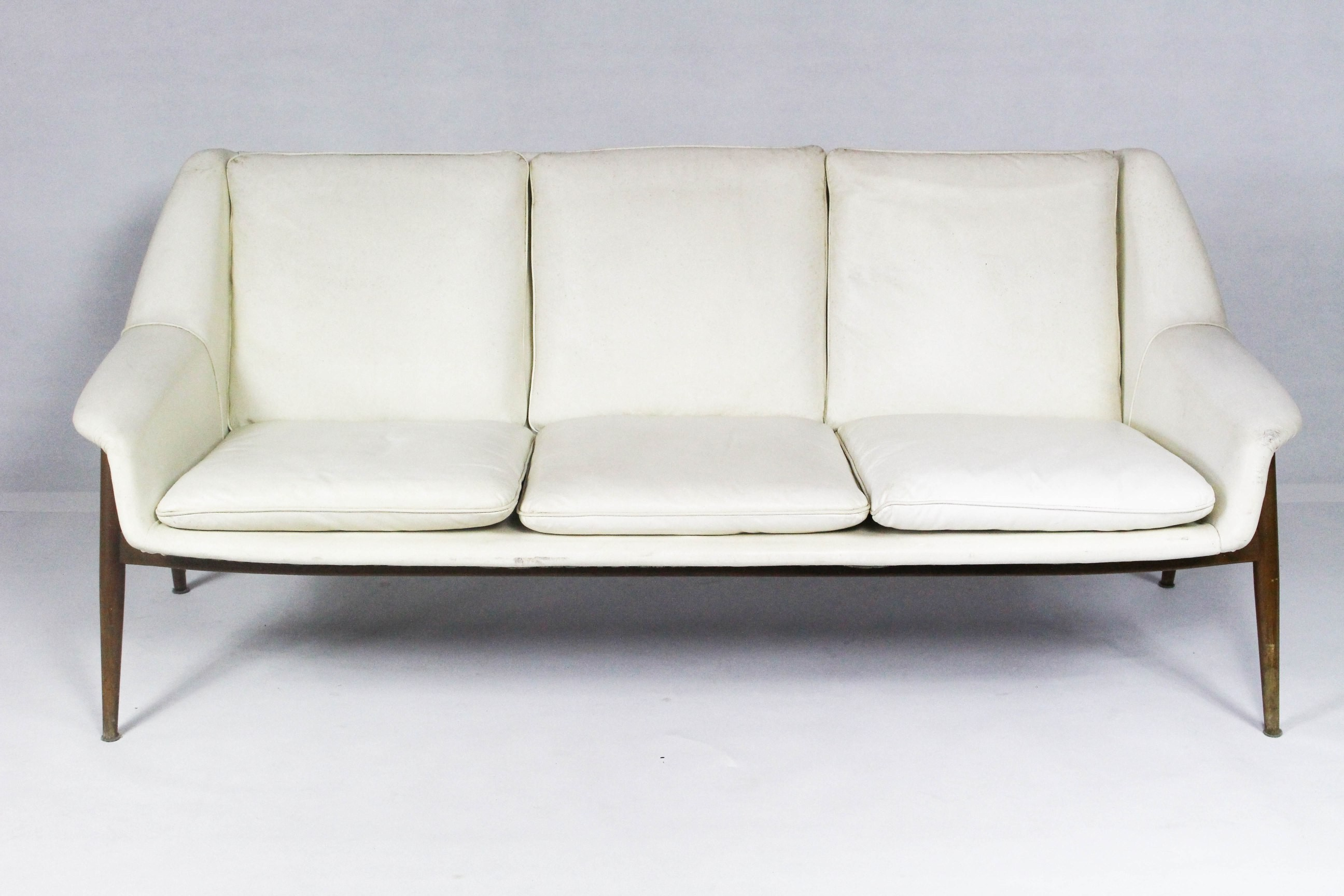 3 seater white leather sofa in teak and leather 1950s Design