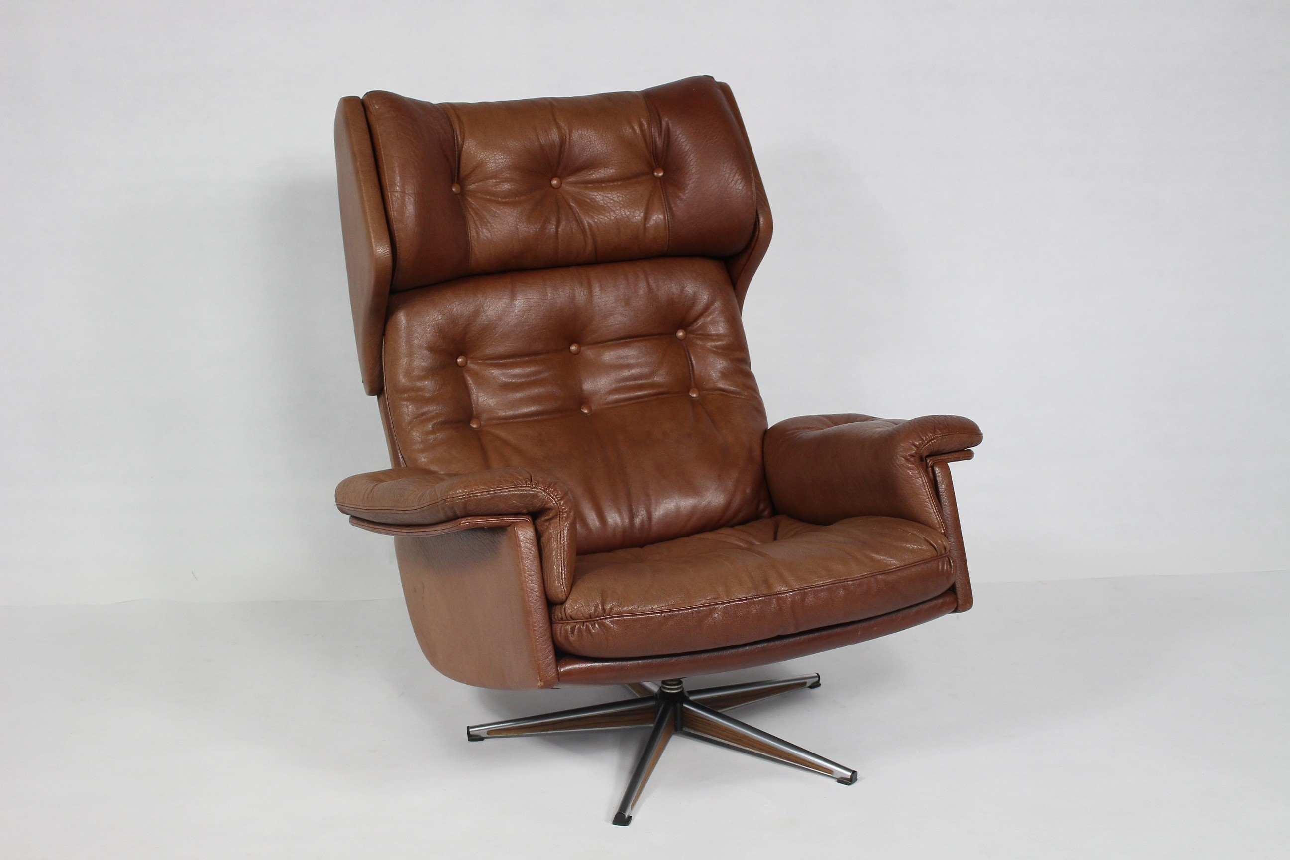Vintage leather swivel armchair - 1960s - Design Market
