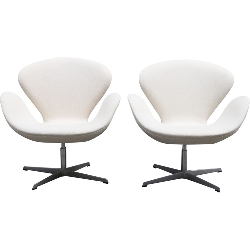 """Pair of """"Swan Chair"""" armchairs by Arne Jacobsen for Fritz Hansen - 1990s"""