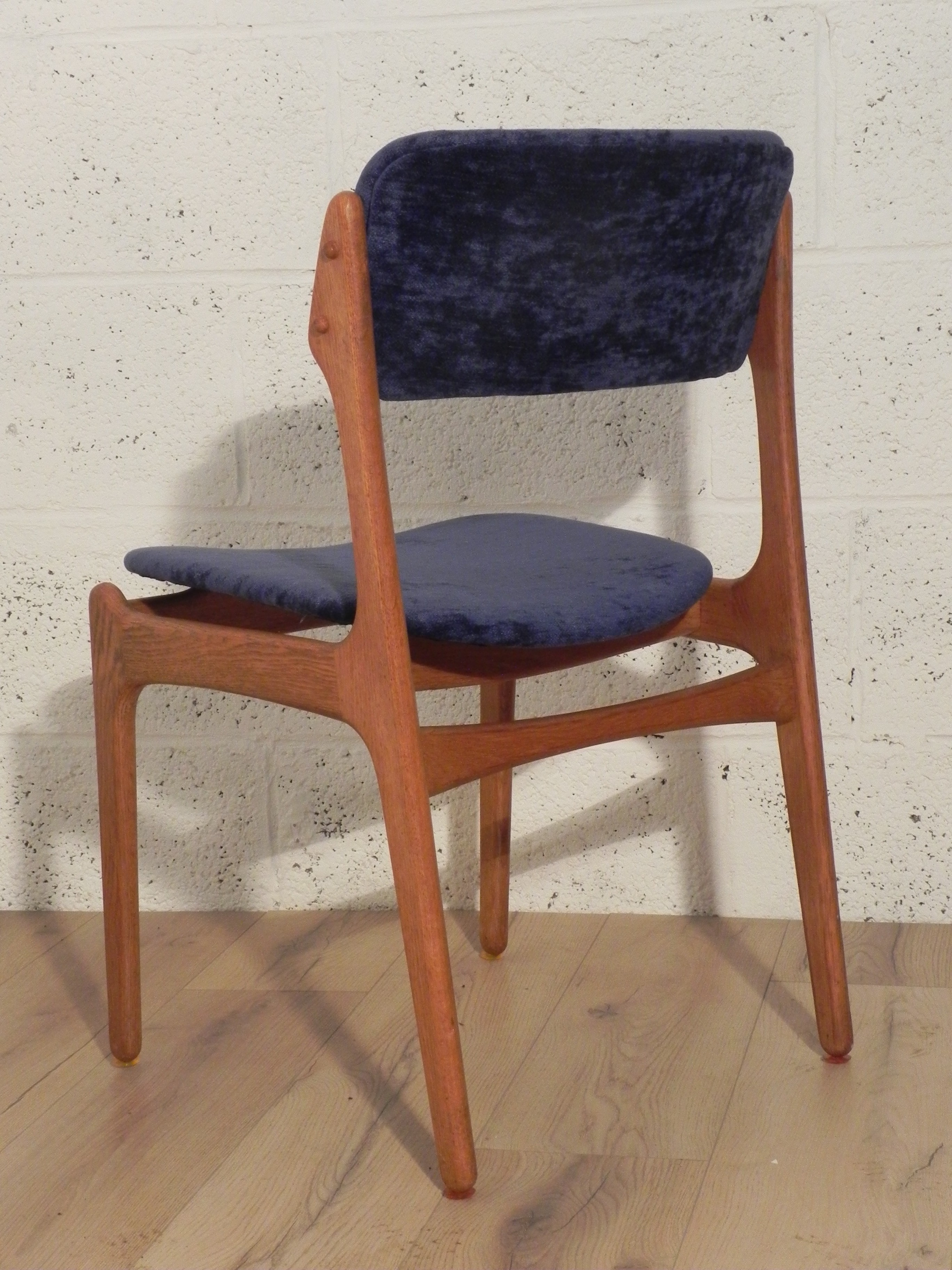set of 4 scandinavian chairs in golden aokwood and violet fabric