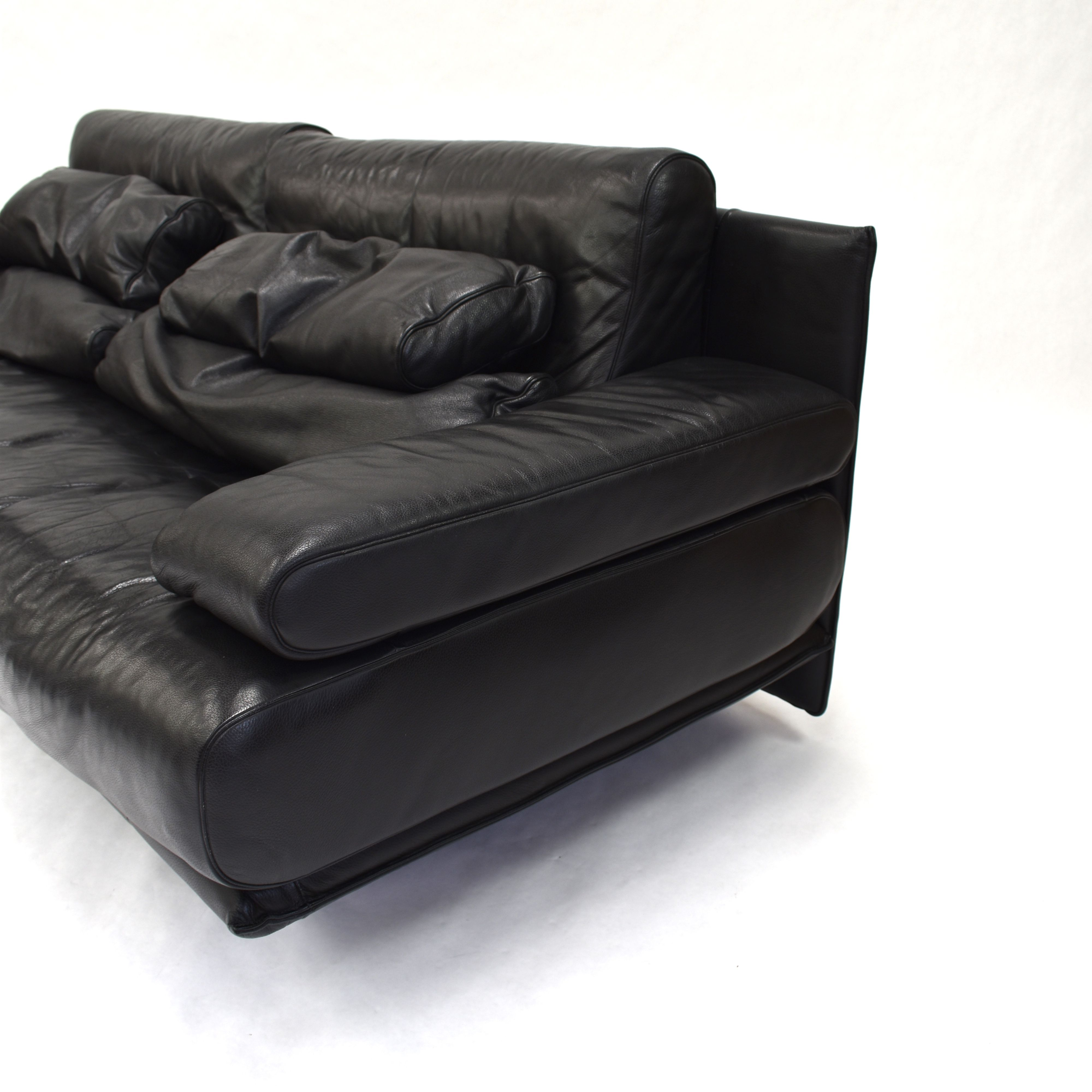 vintage black leather sofa by rolf benz design market. Black Bedroom Furniture Sets. Home Design Ideas