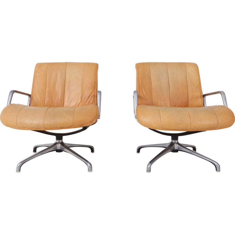 Set of 2 swiveling armchairs in leather by Saporiti italy