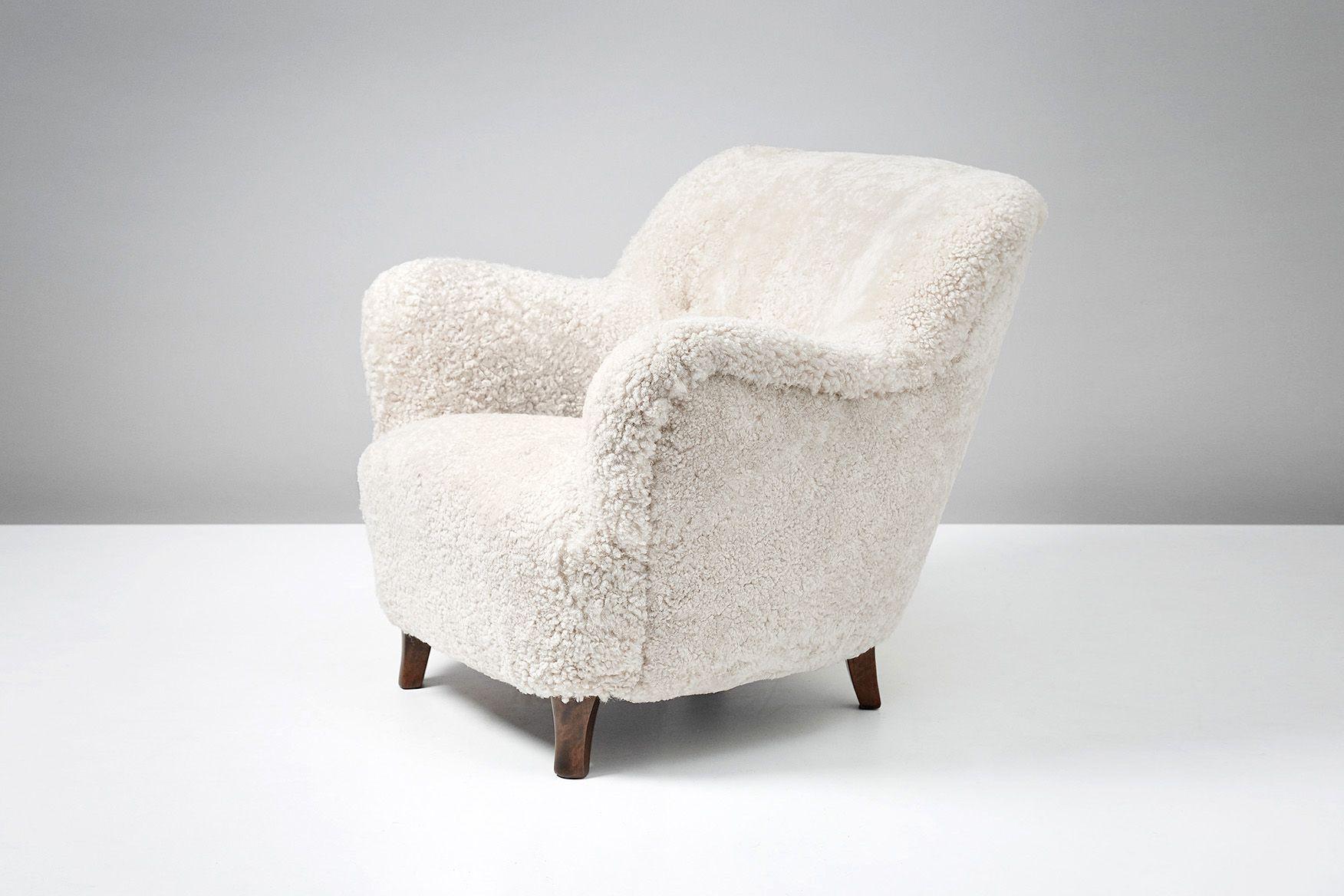 White sheepskin armchair by Elias Svedberg - Design Market