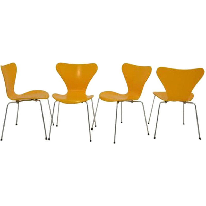 Set of 4 vintage yellow serie 7 chairs for Fritz Hansen in wood