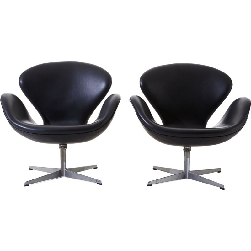 Set of 2 black Swan Chairs by Arne Jacobsen for Fritz Hansen