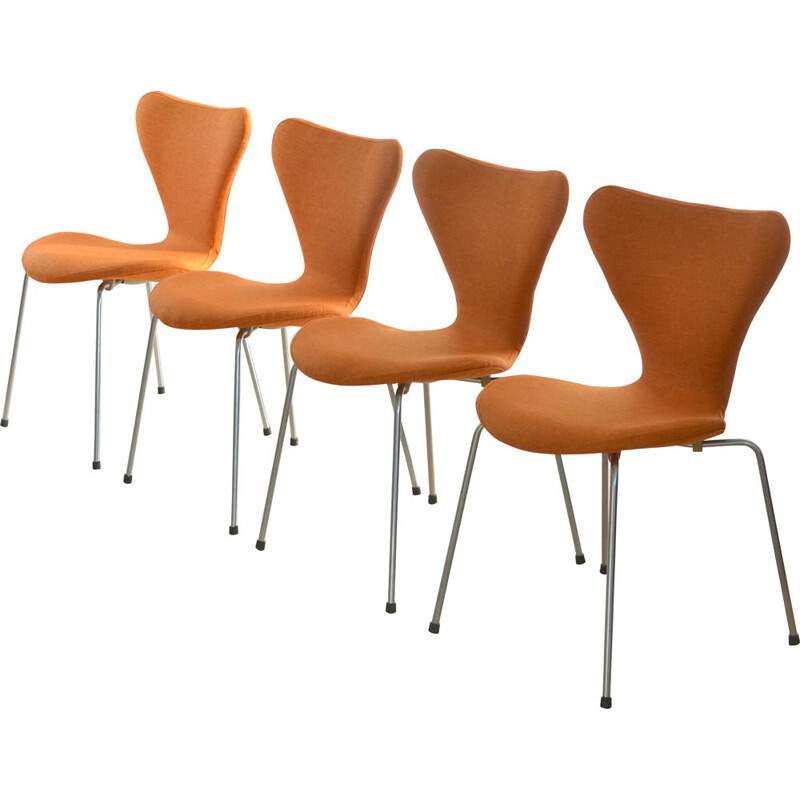 Set of 4 vintage chairs series 7 for Fritz Hansen in orange fabric and metal