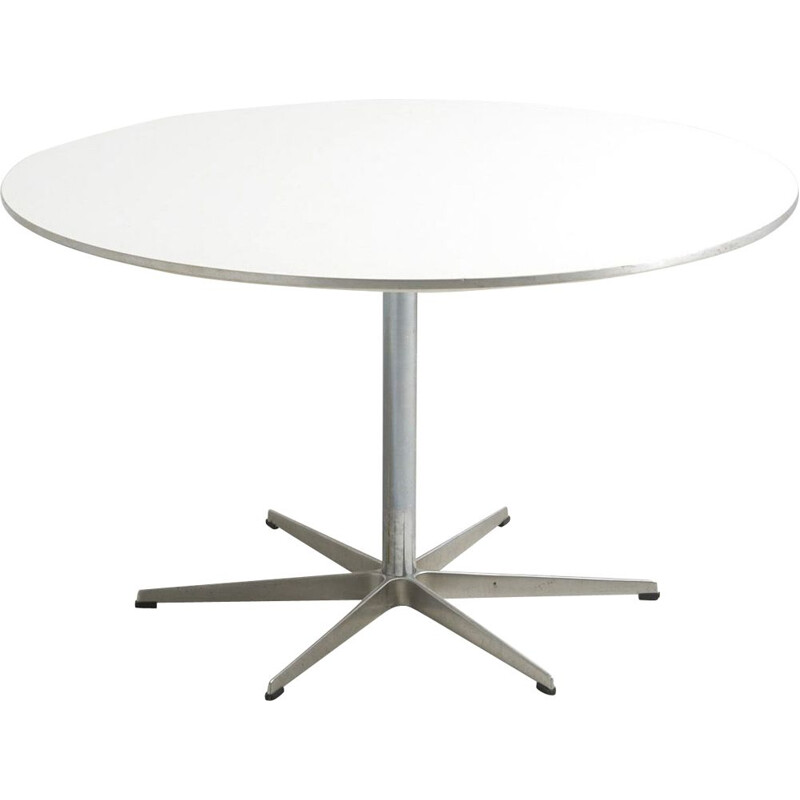 A825 dining table by Arne Jacobsen