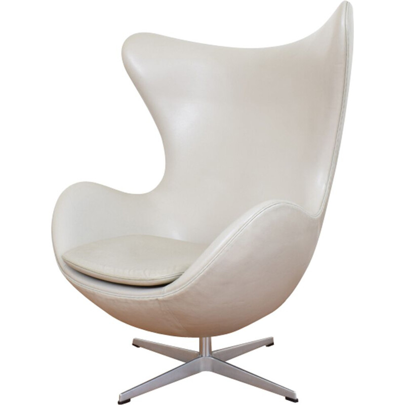 Vintage armchair Egg in Leather model 3316 by Arne Jacobsen for Fritz Hansen