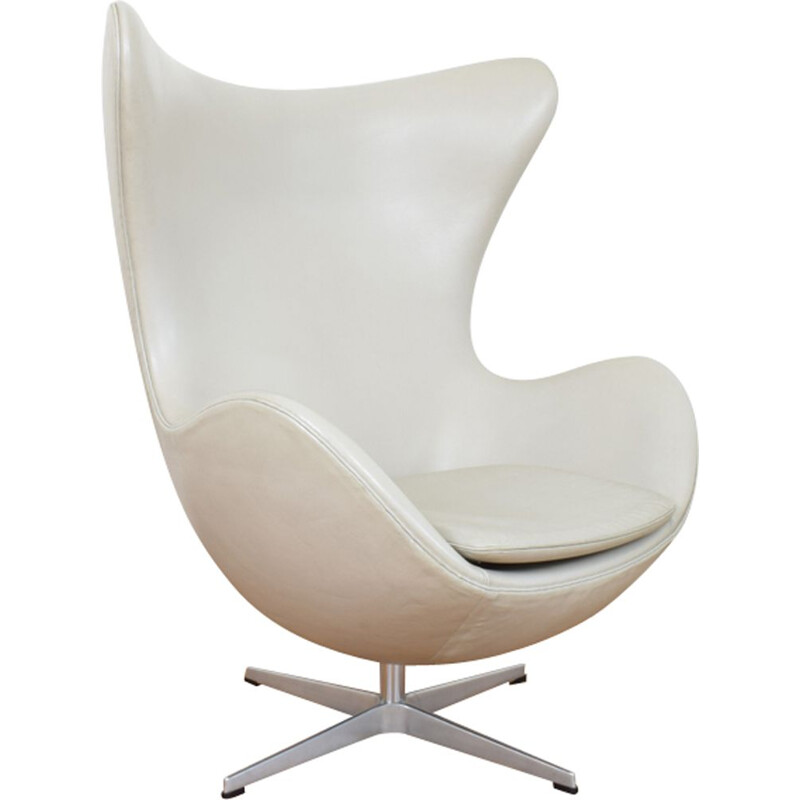 Egg chair in leather by Arne Jacobsen for Fritz Hansen