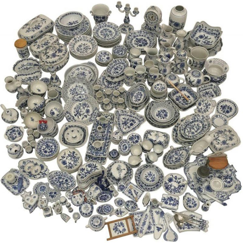 Set of 305 table pieces in Zwiebelmuster porcelain
