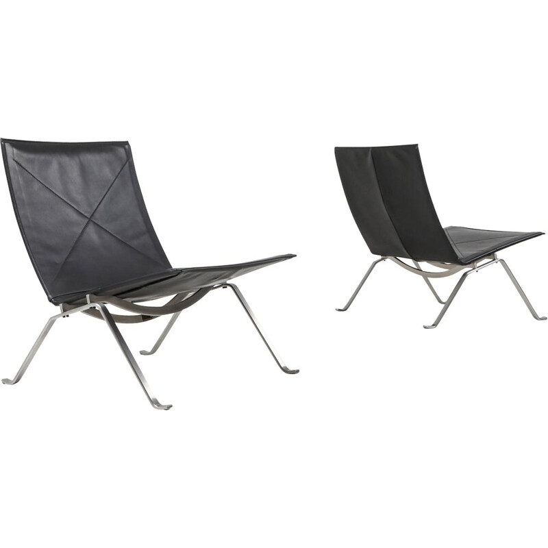 Vintage black leather pair of PK 22 lounge chairs by Fritz Hansen, 2009