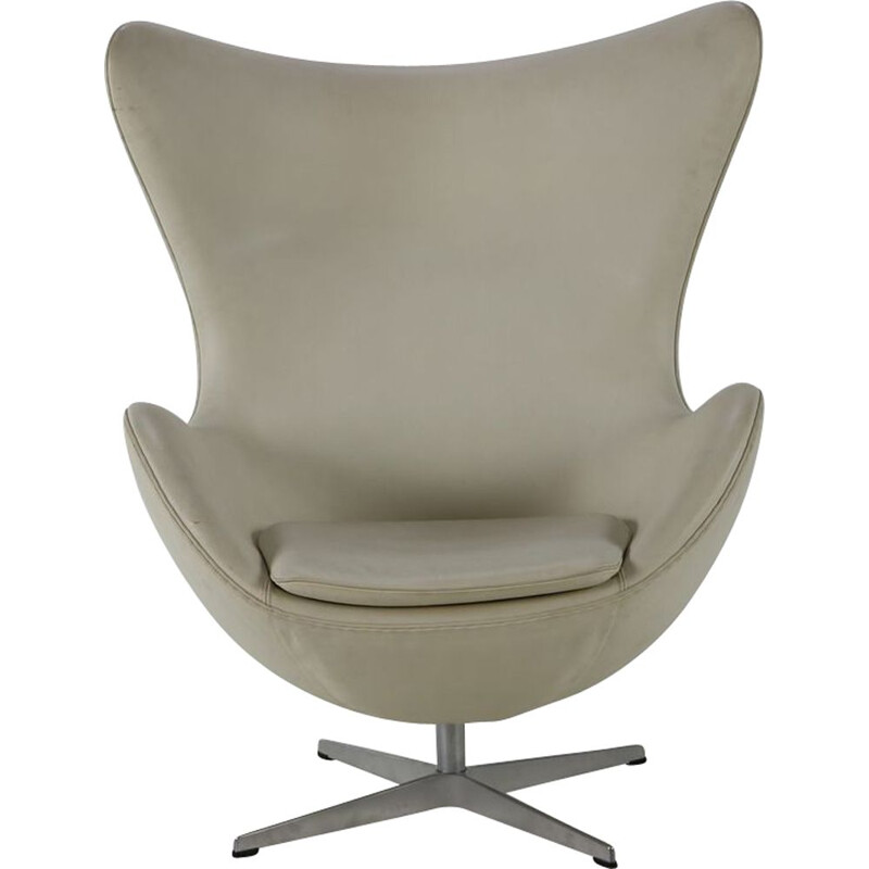 Vintage white leather egg chair by Arne Jacobsen for Fritz Hansen